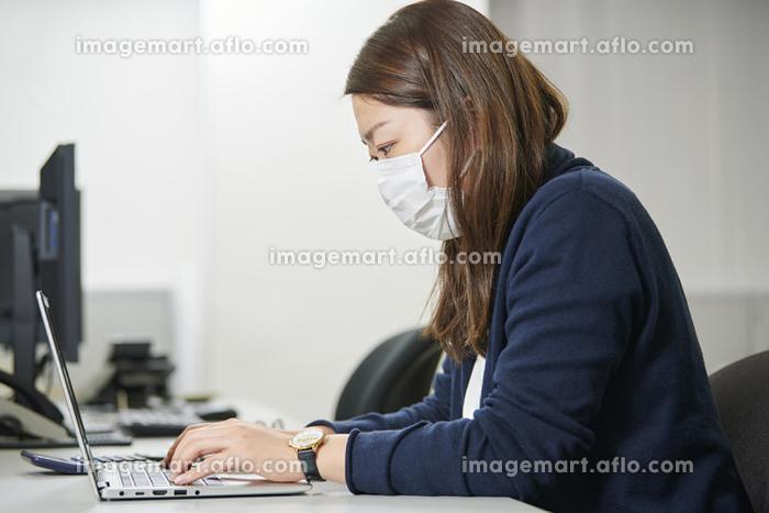 マスクをした日本人ビジネスウーマン