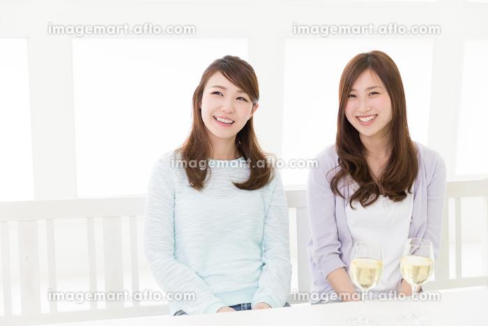 ワインを飲む二人の女性の販売画像