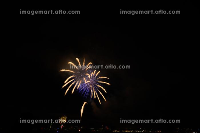 日本の夏祭りの美しい打上花火の販売画像