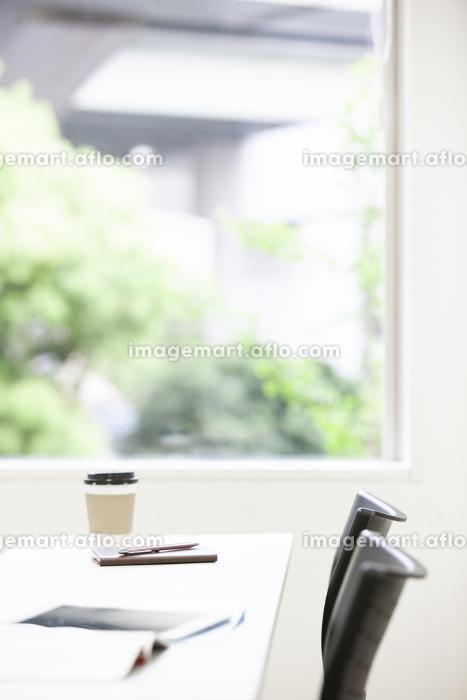 テーブル上のタブレットPCと手帳の販売画像