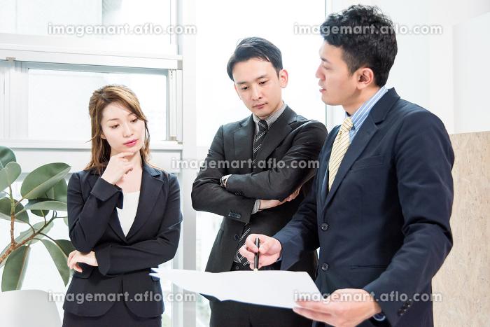 3人のビジネスマン・ビジネスウーマン(ビジネス状況)の販売画像