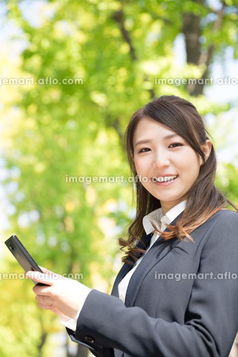 ビジネスウーマン スマートフォンの販売画像