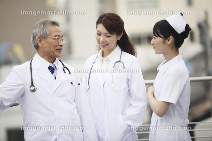 雑談をする医者と看護師の販売画像