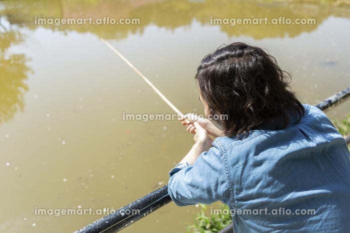 釣りをする男性の販売画像