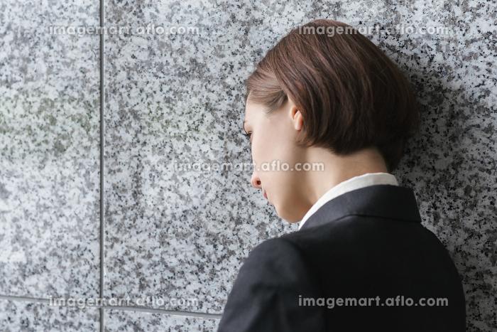 落ち込む女性の販売画像