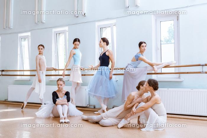 The seven ballerinas at ballet barの販売画像