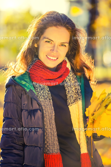 Portrait of young beautiful woman in autumn parkの販売画像