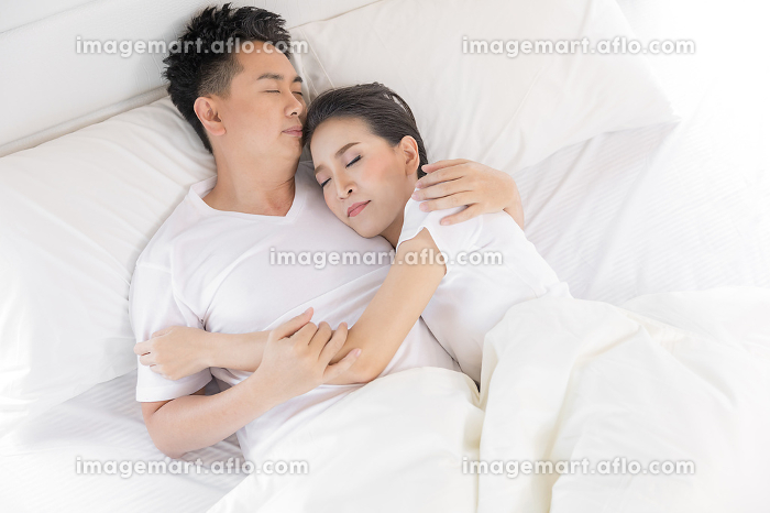 couple in bedの販売画像