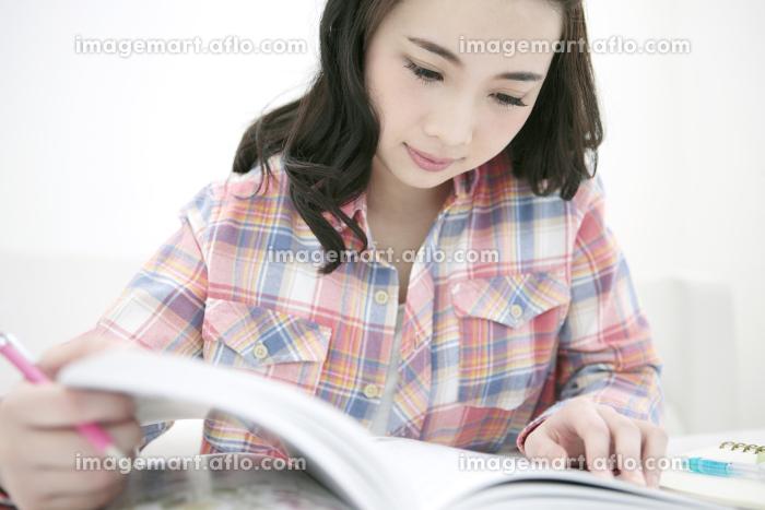 教科書を読む女性の販売画像
