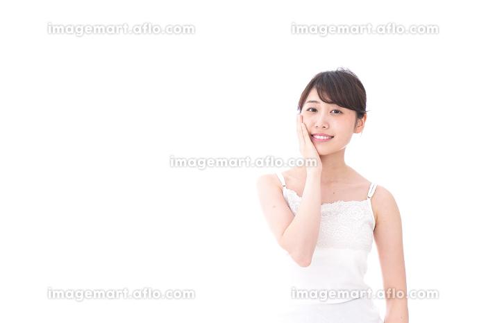 ビューティーケアをする若い女性の販売画像