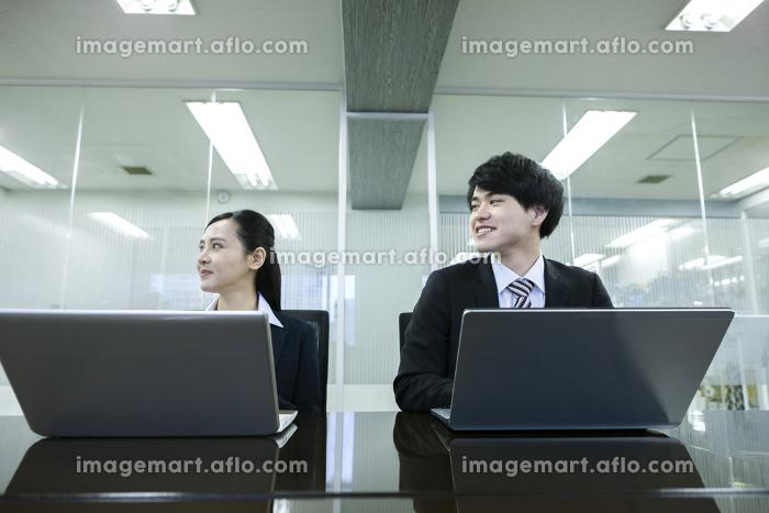 打ち合わせをするビジネスマンとビジネスウーマンの販売画像