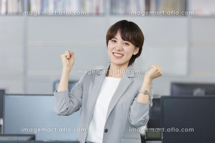ガッツポーズをするビジネスウーマンの販売画像