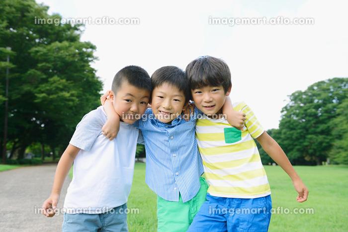 肩を組む小学生たちの販売画像