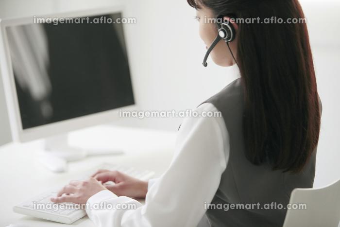 インカムをつけたビジネスウーマンの横顔の販売画像