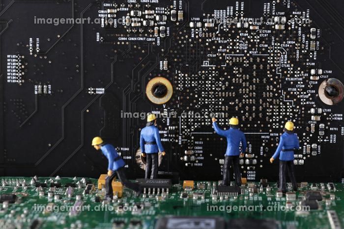 パソコンの基盤の上にいる人々の販売画像