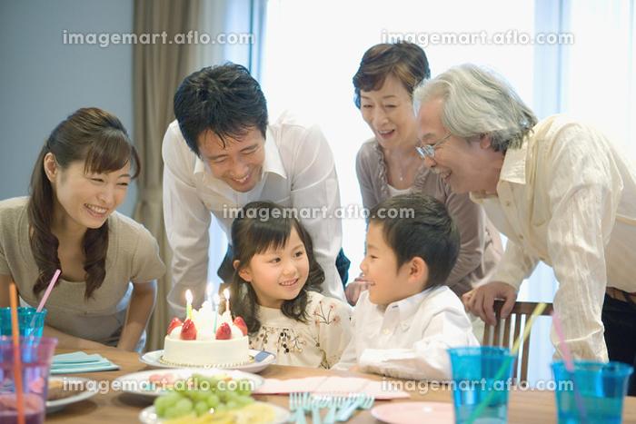 女の子の誕生日を祝う家族の販売画像