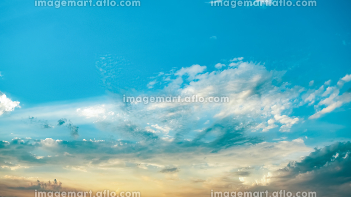 Soft clouds and blue sky with sunlight backgroundの販売画像