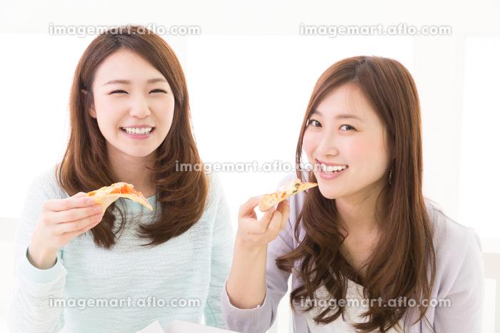 ピザを食べる二人の女性の販売画像