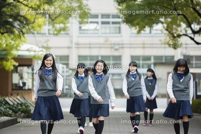 歩く女子生徒