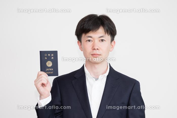 日本のパスポートを手に持つ男性の販売画像