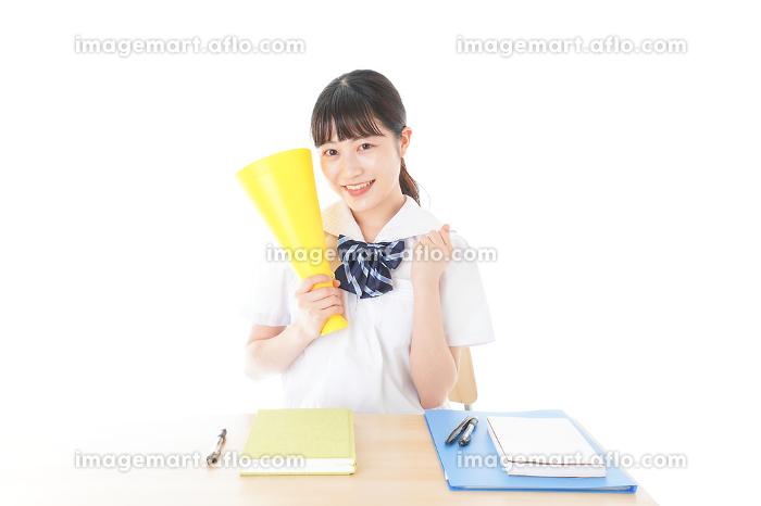 応援をする制服姿の女子学生の販売画像