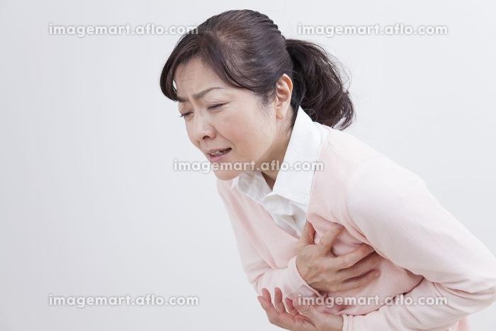 胸が痛むミドル女性の販売画像