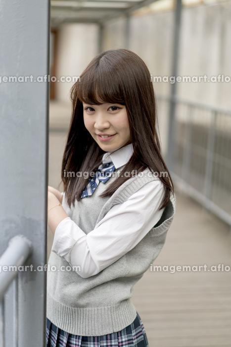 学校の外廊下に立つ女子高生