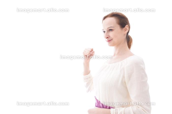 ガッツポーズをする若い女性の販売画像