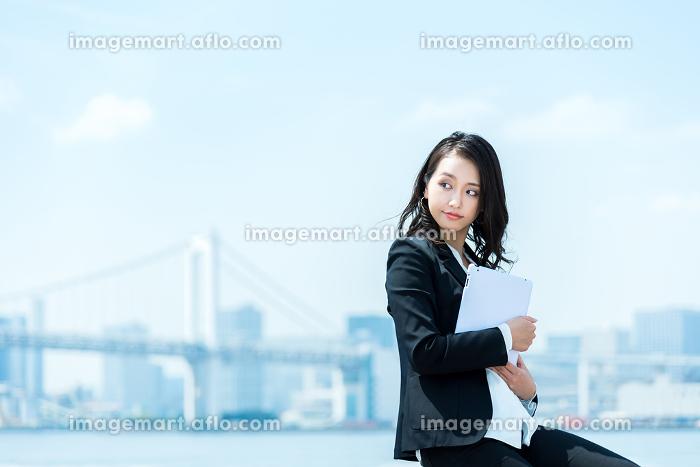 タブレットPCを持つ女性・ビジネスイメージの販売画像