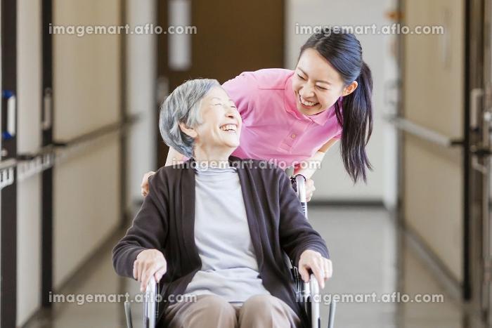 介護士さんと車椅子に乗ったおばあちゃん