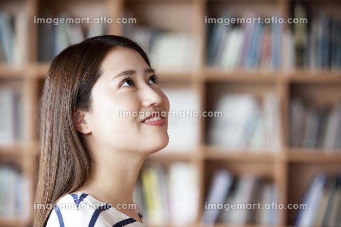 本を探す日本人女性の販売画像