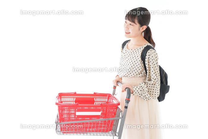 スーパーでショッピングをする若い女性の販売画像