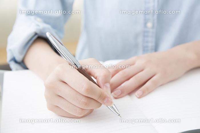 勉強する女性の手元の販売画像