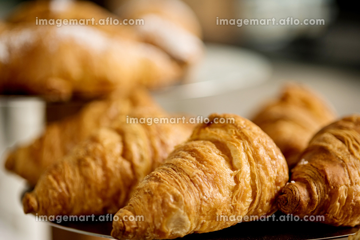 Freshly made breads croissant servedの販売画像