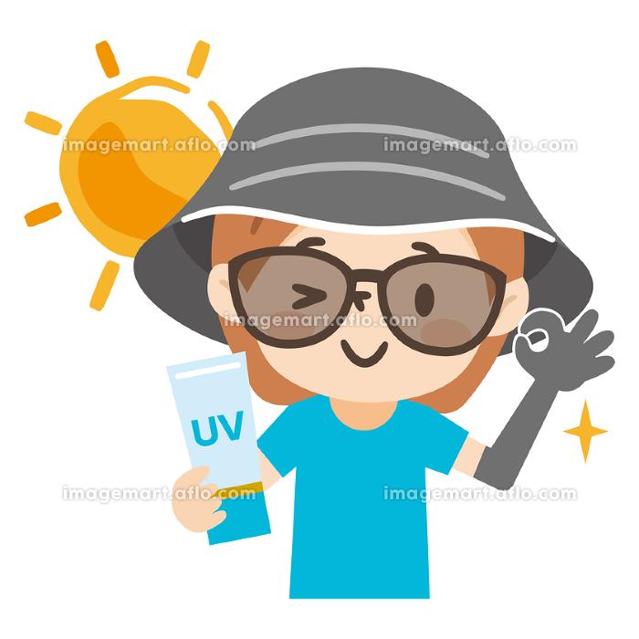 帽子とサングラスで日焼け対策をした若い女性の販売画像