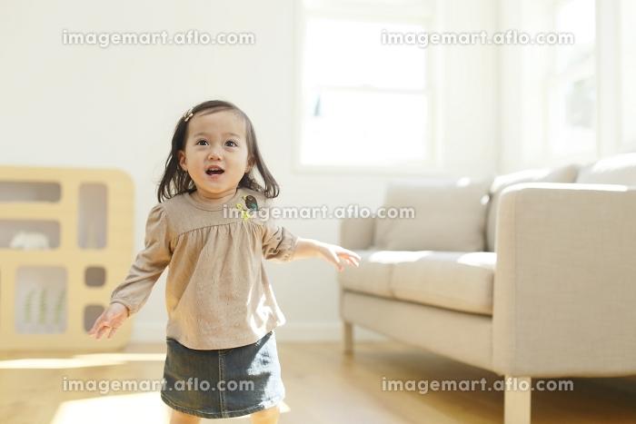 リビングを楽しそうに走る女の子の販売画像