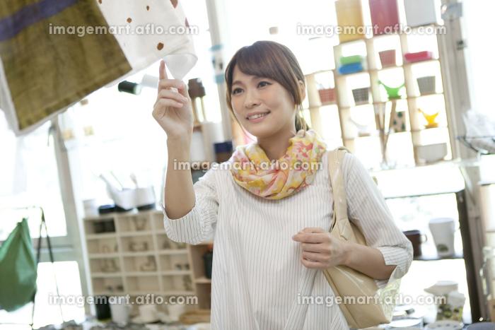 買い物をする女性の販売画像