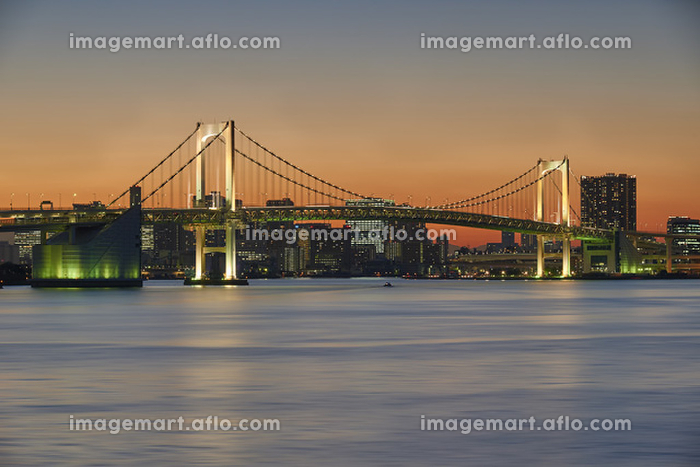 東京都 夕方のレインボーブリッジと街のシルエットの販売画像