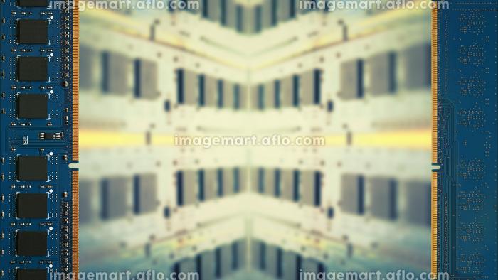 デスクトップパソコン用増設メモリで囲んだフレーム。ボケた基板のコピースペース。8Kサイズ。の販売画像