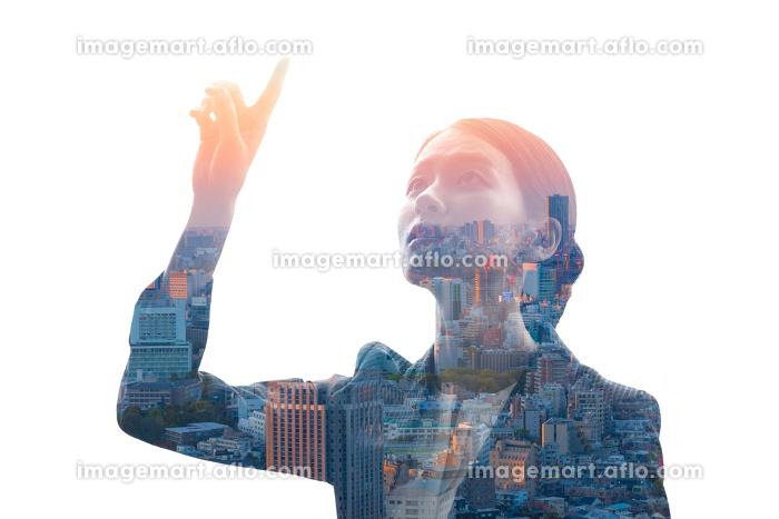 上を指差すビジネスウーマンと都市風景を合成させたイメージ写真の販売画像