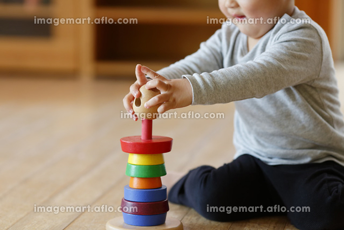 積み木で遊ぶ男の子の販売画像