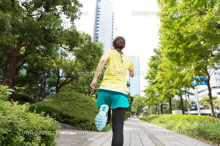 フィットネスイメージ 女性 走る 後ろ姿の販売画像