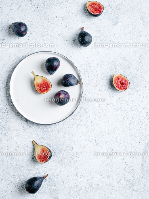 Whole and half figs isolated topviewの販売画像