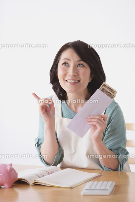 貯金をする40代日本人女性の販売画像