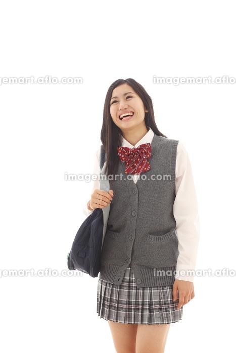 笑顔で見上げる女子高生の販売画像