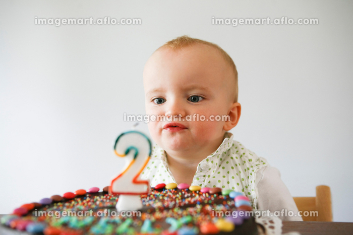 baby laughing with birthday cakeの販売画像