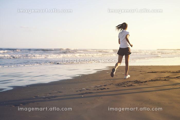 砂浜を走る女の子の販売画像