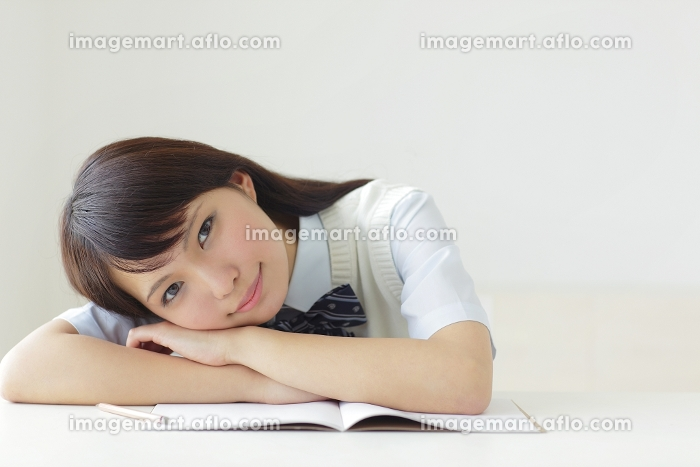 勉強机で休憩をする高校生