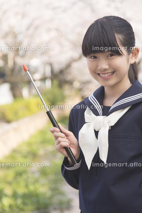 案内する女子中学生の販売画像