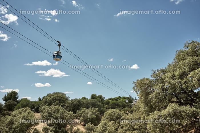 Gondola lift over hills and treesの販売画像